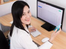 vrouw op kantoor handen ontsmetten