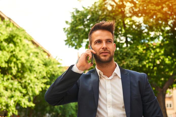 jonge zakenman aan het bellen